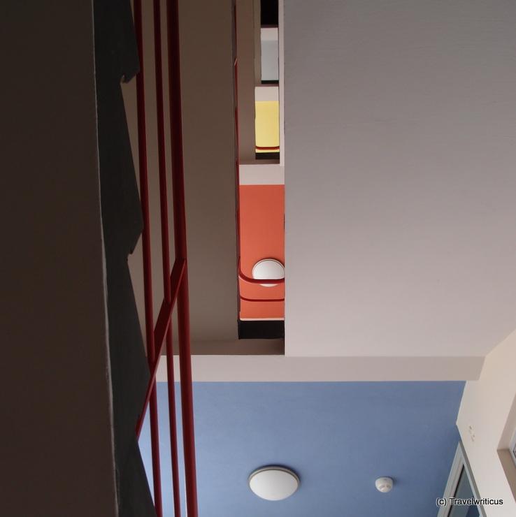Farbenfrohes Stiegenhaus im Bauhausgebäude Dessau