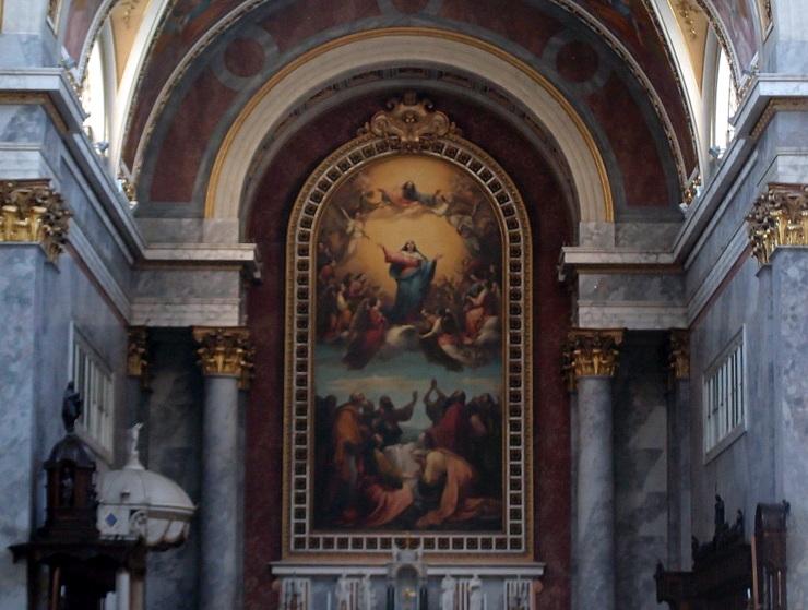 Blick vom Haupteingang auf das Altarbild