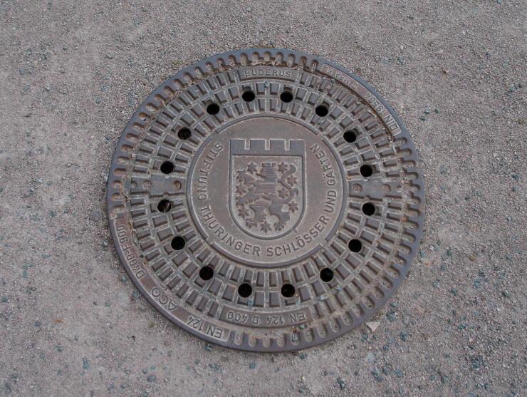 Kanaldeckel mit dem Wappen von Thüringen