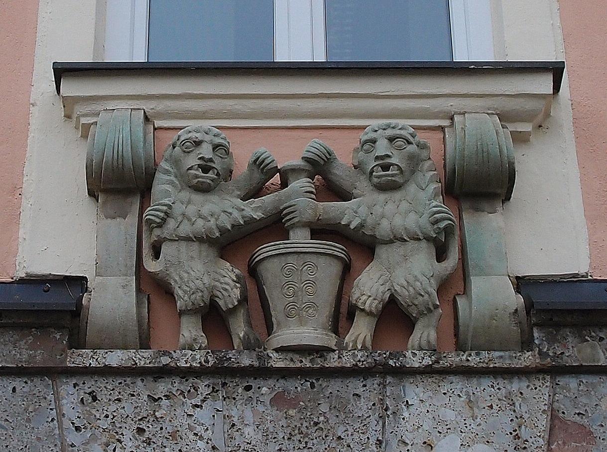 Zwei Löwen als Hauszeichen der Stadt-Apotheke
