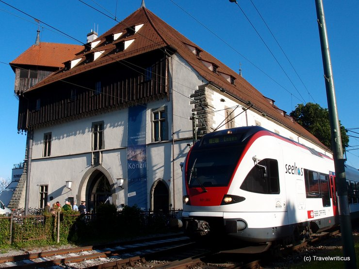 Zug 'Seehas' vor dem Konzilgebäude