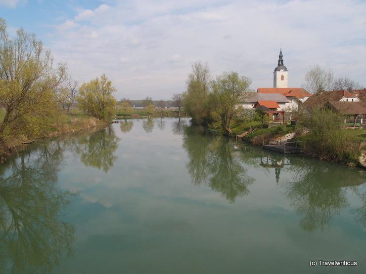 Blick von der Fußgängerbrücke in Kostanjevica na Krki