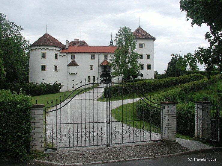 An der Toreinfahrt von Schloss Bogenšperk