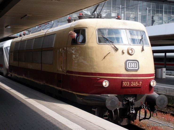 Lokomotive DB 103 245-7 zieht einen Intercity