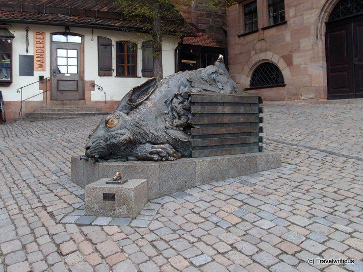 Blick auf die Hasenskulptur am Tiergärtnerplatz