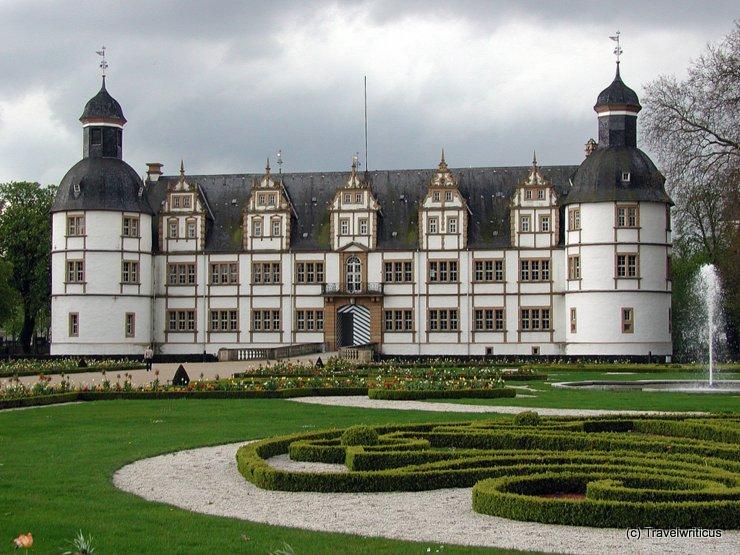 Gartenseite von Schloss Neuhaus