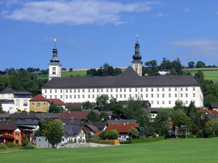 Stift Schlierbach im Sommer