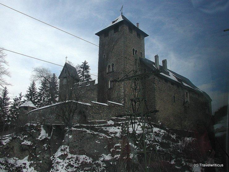 Bahnblick aus dem Panoramawagen auf Schloss Wiesberg