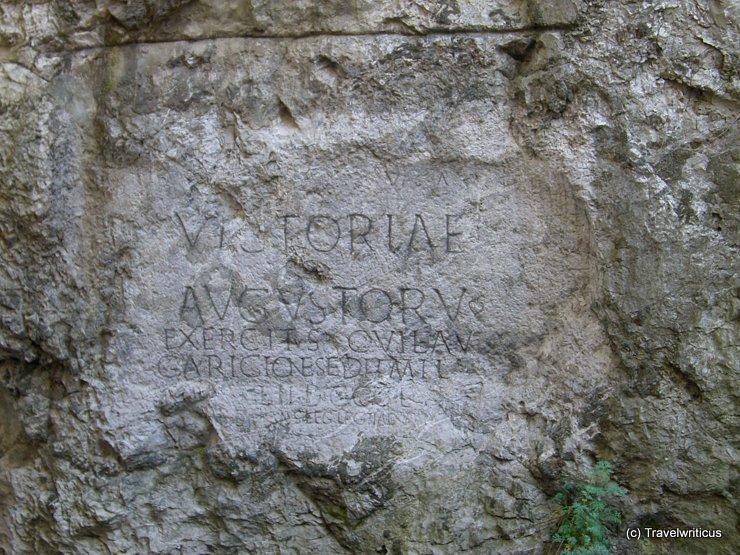 Blick vom Hotelfenster auf die römische Inschrift