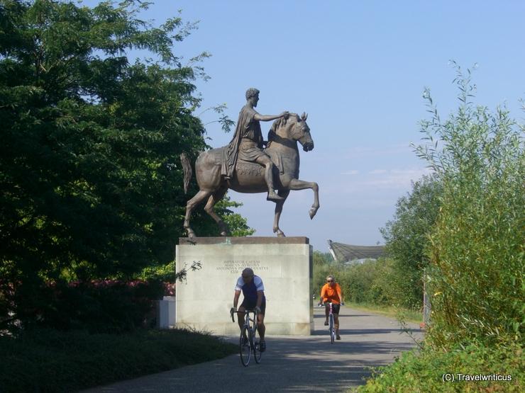 Blick auf das Reiterstandbild am Donauufer