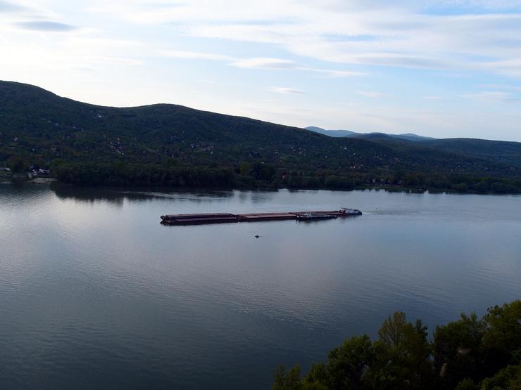 Blick vom Salomon-Turm auf einen Donau-Frachtkahn