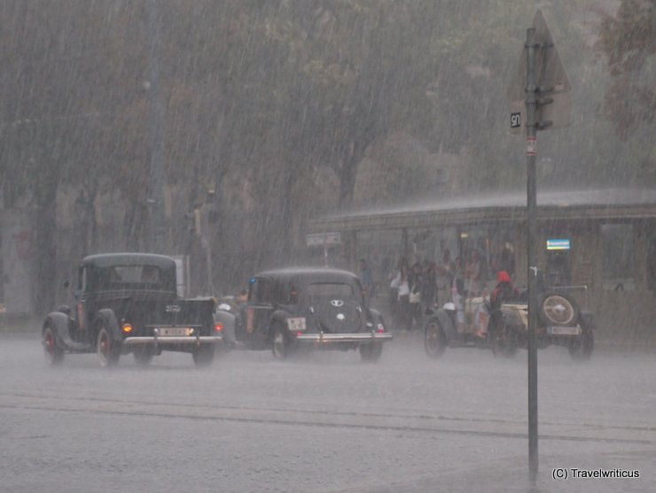 Oldtimer im Platzregen auf der Wiener Ringstrasse