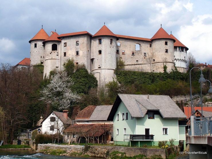 Blick vom Fluss Krka auf die Burg